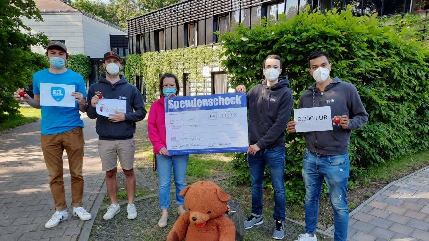 (v.l.) Tino Jung, Nicolas Zuschke, Maximilian Emendörfer, Juan Carlos Luperdi übergeben den Spendenscheck an Kerstin Stadtler vom Kinderhospiz