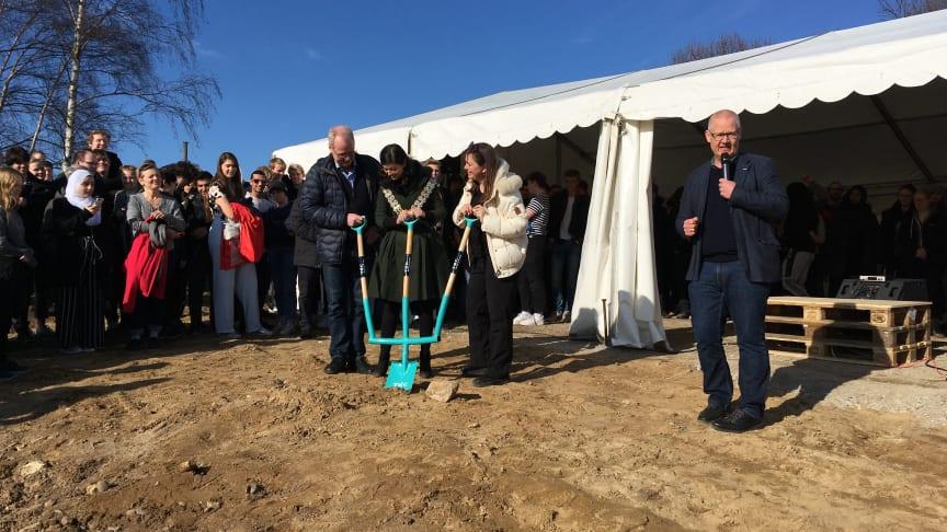 TECs bestyrelsesformand, Lyngby-Taarbæk Kommunes borgmester og rektor for H.C. Ørsted Gymnasiet i Lyngby tager første spadestik, mens TECs direktør kommenterer.