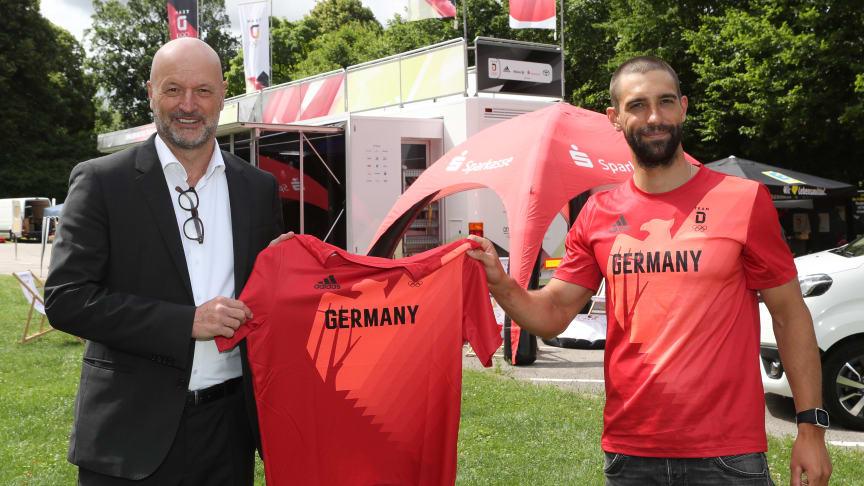 Ralf Fleischer (li.) erhält das Tokio-Shirt von Hannes Aigner.