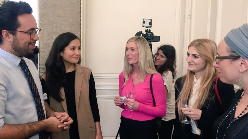 Ditte Strachotta (i midten) i samtale med den franske minister Mounir Mahjoubi (til venstre) til StartHer Awards 2017 i Paris