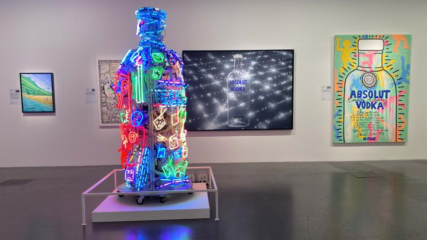 I utställningen visas verk av Keith Haring, Nam June Paik, Howard Finster med flera.