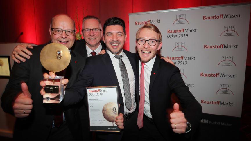 Das Team von ACO freut sich über den Gewinn des 19. BaustoffMarkt-Oskar. Wir gratulieren! Foto: BaustoffMarkt/Thomas Kiehl
