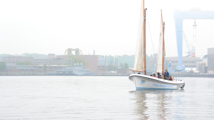 Bei Leichtwind ging es auf den Kuttern des Camp 24/7 zum Traditionssegler Zuversicht in die Rathje Werft