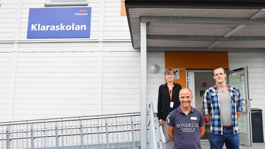Nu startar Framtidsakademin! Först ut i projektet är Klaraskolan. Maria Åkesson, bostadssocial koordinator på HFAB, Per Thronée, projektledare på HFAB och Björn Blanck, integrationssamordnare på Klaraskolan, informerade eleverna om satsningen.