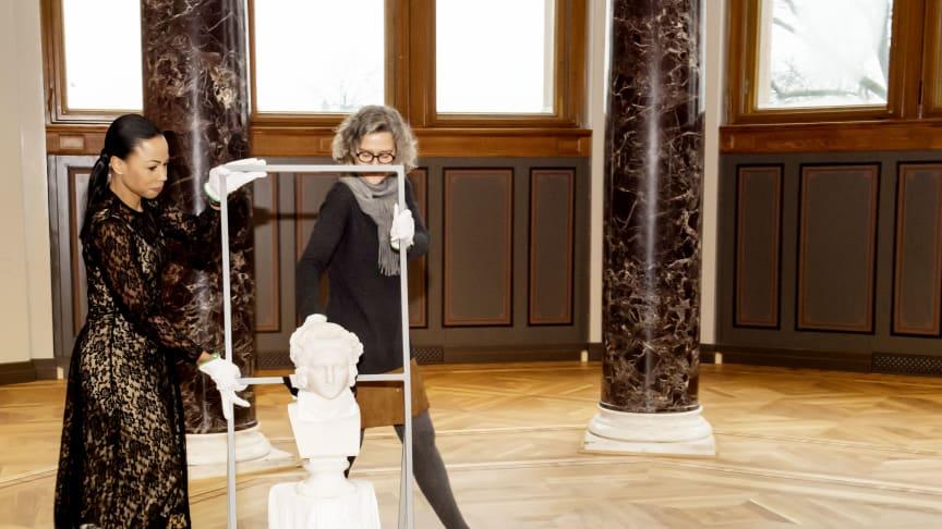 """Kultur- och demokratiminister Alice Bah Kuhnke och Nationalmuseums ställföreträdande chef Birgitta Castenfors med statyn """"Ung kvinna med blomsterkrans i hår"""". Nu börjar konsten flytta in. © Linn Ahlgren/Nationalmuseum"""