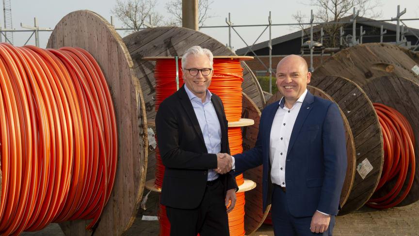 Telenor og Eniig har underskrevet en bredbåndsaftale, der indgås via Eniigs datterselskab OpenNet. På billedet ses Telenors adm. direktør Jesper Hansen og kommerciel direktør i Eniig, Mads Brøgger (th)