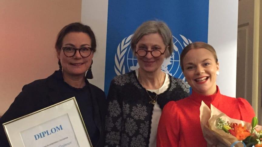 Karin Lekberg och Lilja Fredriksson, ordförande och vice ordförande i Clowner utan Gränser tog emot diplomet.