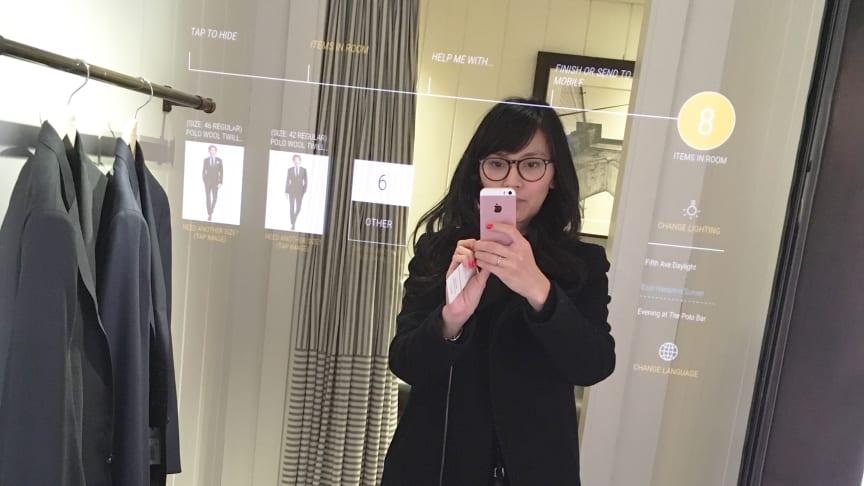 Tina Banh-Skybrand testar interaktiv spegel i provrummet på Ralph Lauren flagshipstore på 5th avenue i New York