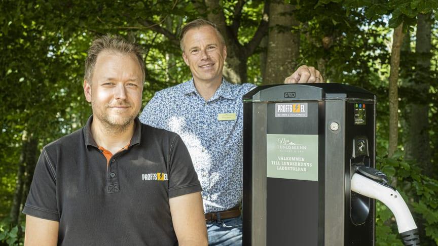 På bild ifrån vänster Installatör Robert Lundahl ifrån Proffsel samt Lundsbrunn Resort & Spas VD Rickard Bender