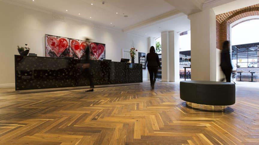 Dubbeltrendigt golv. Flera nyanser av brunt i diagonalt mönsterlagd parkett från Almedals.