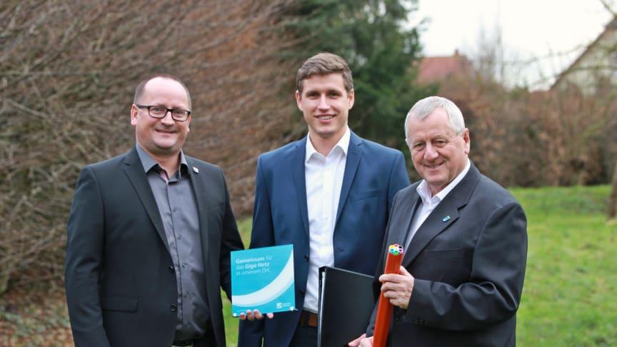 (v.l.): Ziesendorfs Bürgermeister Thomas Witt, stv. Projektleiter Deutsche Glasfaser Guido Hill und Stäbelows Bürgermeister Hans-Werner Bull