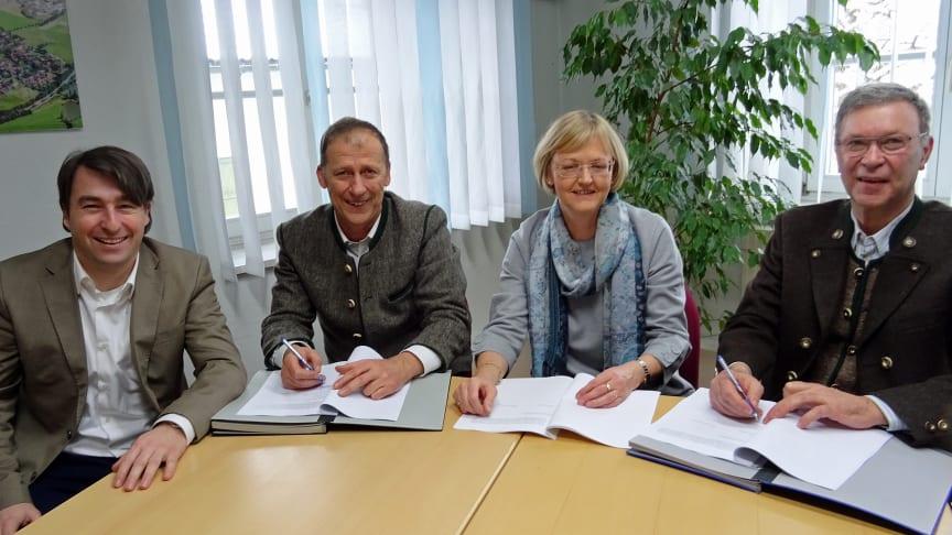 Bleiben Partner bei der Stromversorgung. v.l.: Stefan Drexl (kommunaler Betreuer), Klaus Kostalek (Bgm. Antdorf), Ursula Jekelius (Leiterin Kommunen und Kooperationen Region Oberbayern) und Michael Strobl (Bgm. Habach).