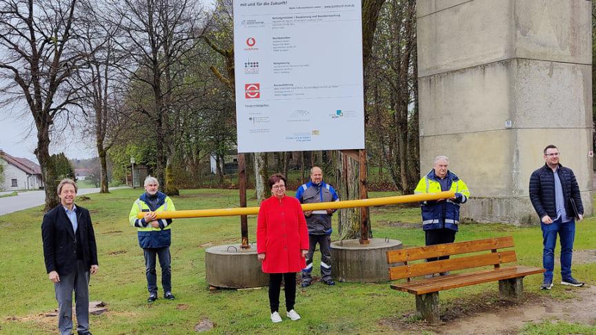 Die Arbeiten in Hirschenbühl für den Erdgasanschluss und die Breitbandanbindung laufen. Bürgermeisterin Barbara Haimerl stellt das Projekt mit Vertretern der beteiligten Firmen vor.