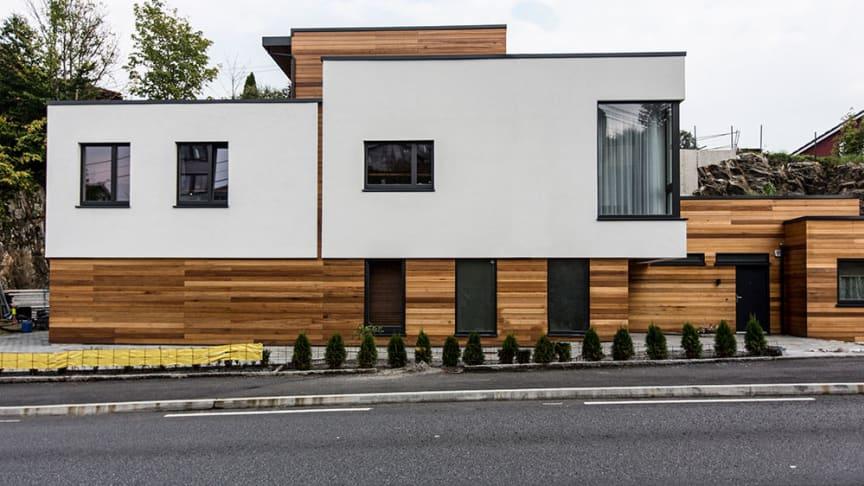 Med murpuss på veggen mot den trafikkerte veien blir vedlikeholdet mindre. Det gir også god støydempende effekt og gir et rolig innemiljø i huset.
