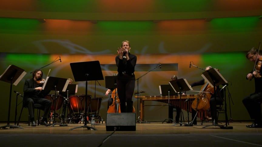 """Jenny Wilson framför sin låt """"Opposition"""" med musiker ur Helsingborgs Symfoniorkester."""