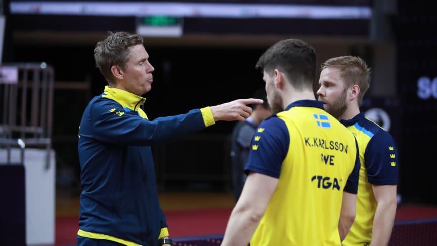 Jörgen Persson coachar Kristian Karlsson och Jon Persson. Foto: Remy Gros/ITTF