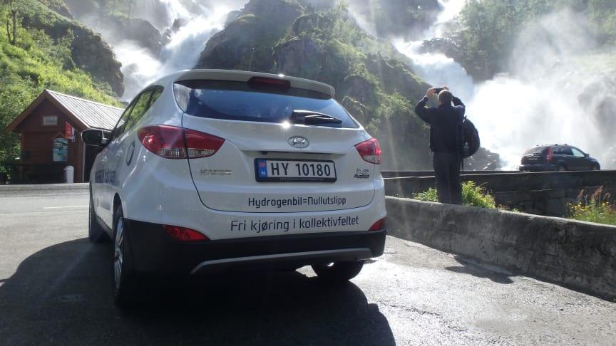 En hydrogenelektrisk bil slipper kun ut rent vann, ingen eksos.