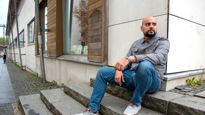 Bergsjöns poet stöttar unga med språket som verktyg