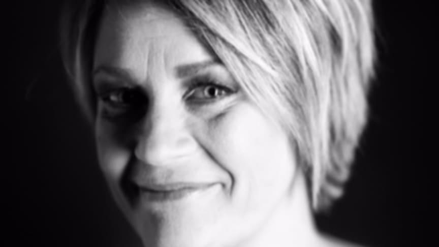 Åsa Bonelli medverkar i Kära mamma med novellen Moderskap