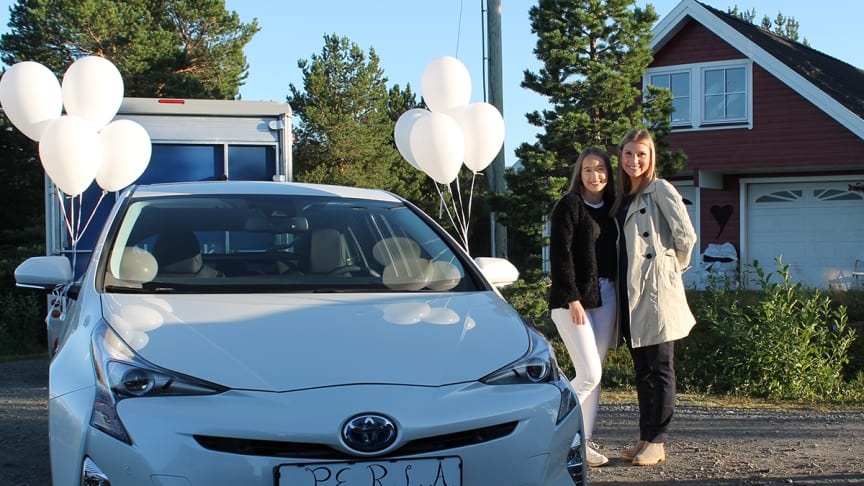 18-års gaven: Malin Kiltorp  sammen med bilselger Nina Richardsen fra Nordvik.