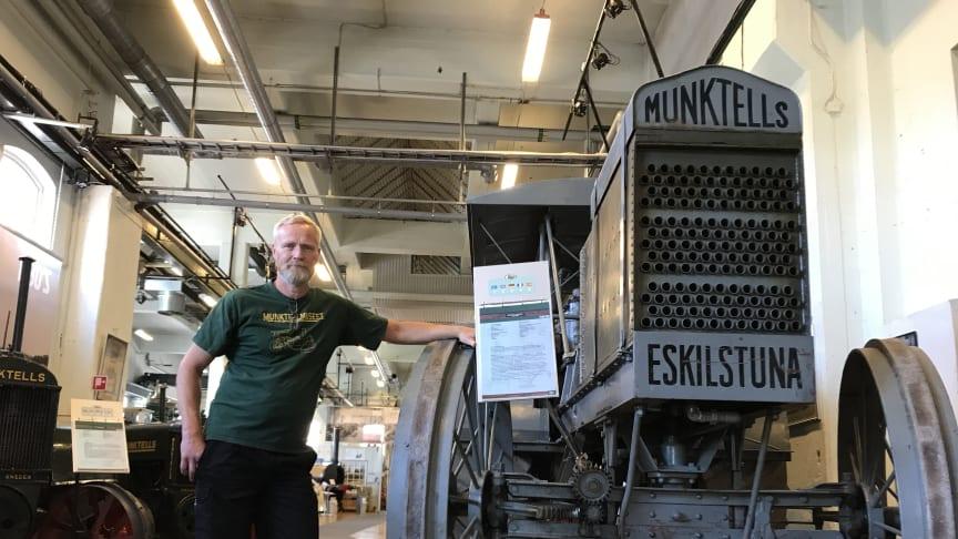 Tomas Lindberg, biträdande museichef på Munktellmuseet, framför Sveriges äldsta traktor.