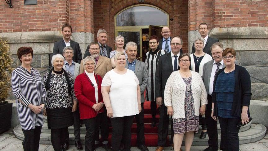 Jubilarer av utmärkt mjölk mottog plaketter och gåvor av Ewa-May Karlsson C, landstingspolitiker i Västerbotten. Foto: Mariann Holmberg