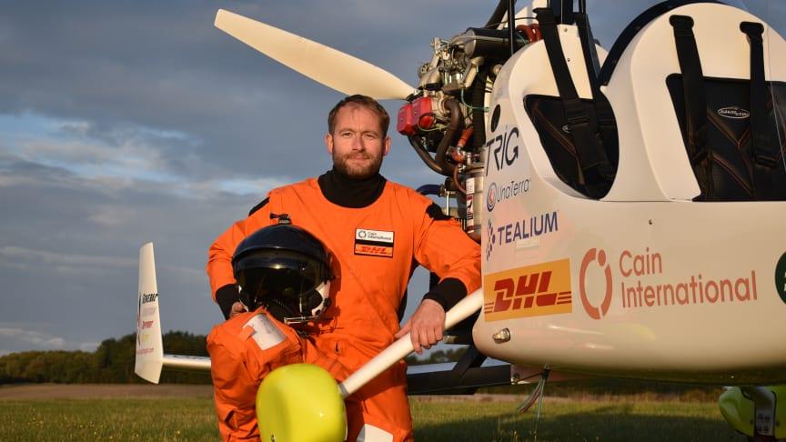 Äventyraren James Ketchell vid sin gyrocopter.