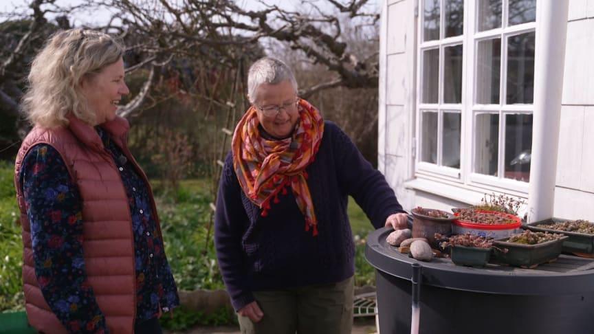 Gunnel Carlson i samspråk med trädgårdsägare kring smarta vattenlösningar