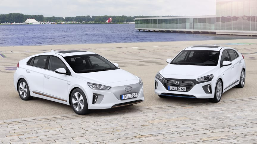 Hyundai IONIQ, elbil til venstre og hybrid til høyre.