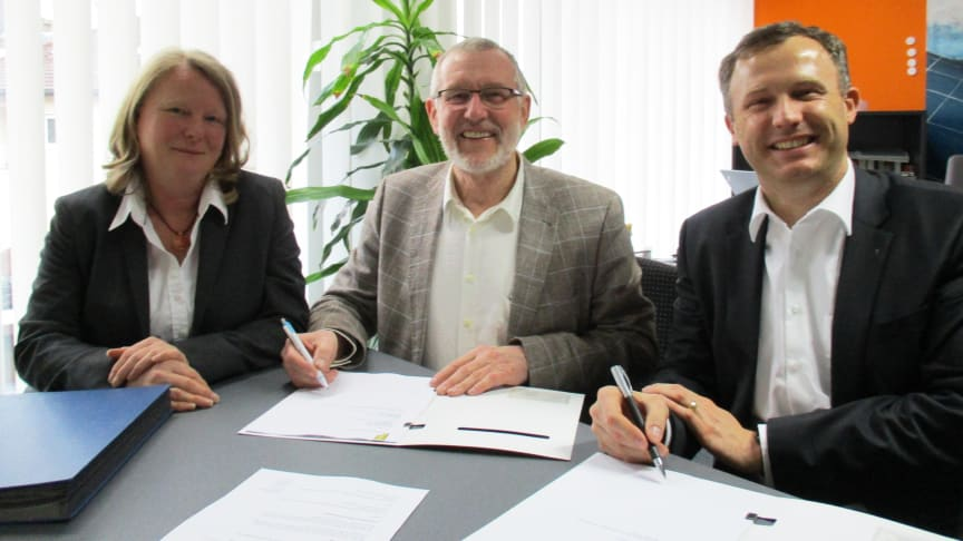 Bürgermeister Waldemar Bug (m.) unterzeichnet mit den Mitarbeitern des Bayernwerks, Christine Pfaff (li.) und Bernd Göttlicher (re.), den Konzessionsvertrag.