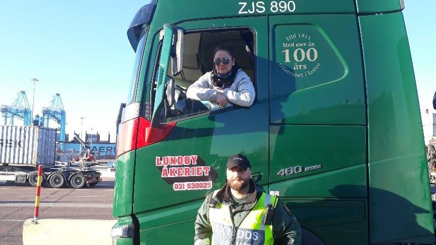 En av vår säkerhets och gatepersonal välkomna en viktig kund – lastbilschauffören