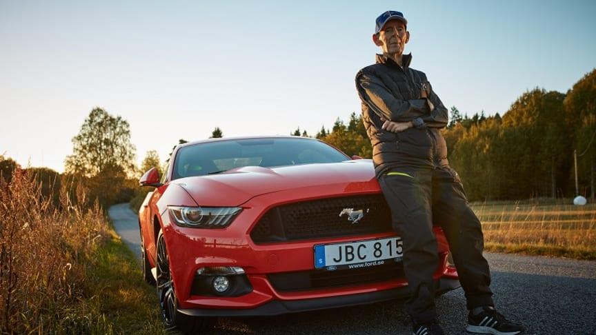 Jeg hedder Lennart. Jeg er 97 år og kører Ford Mustang og nyder hvert sekund. Sådan begynder historien om den livlige svensker, hvis historie deles flittigt i hele europa.