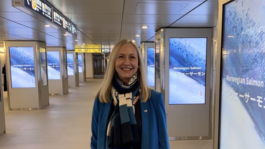 Millioner av japanere får se norsk laks rulle over reklameskjermene på en rekke tog- og metrostasjoner i Japan. Sjømatrådets administrerende direktør, Renate Larsen, blir stolt når hun ser det store omfanget av reklamen. FOTO: Christina