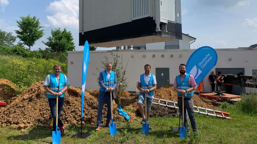 V.l.n.r.: Clemens Konieczny (Leiter Tiefbauamt Stadt Usingen), Bürgermeister Steffen Wernard, Joachim Brötz (Ortsvorsteher Usingen) sowie Florian Frommherz (Deutsche Glasfaser) bei der Aufstellung des PoP im Hergenhahnring