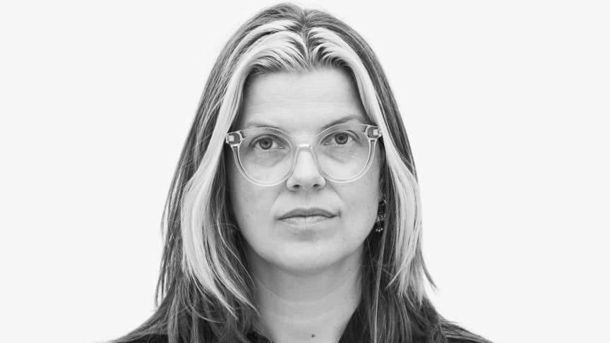 Eline Mugaas mottar Lorck Schive Kunstpris 2019. Foto: Christina Undrum Andersen / TKM.