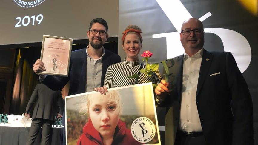 """Infab är vinnaren av Publishingpriset för filmen """"Inte mitt brott, ändå mitt straff"""". Från vänster: Martin Larsson (Infab), Sarah Bruze (Infab) och Roger Hedin (styrelseledamot Bufff Sverige)."""