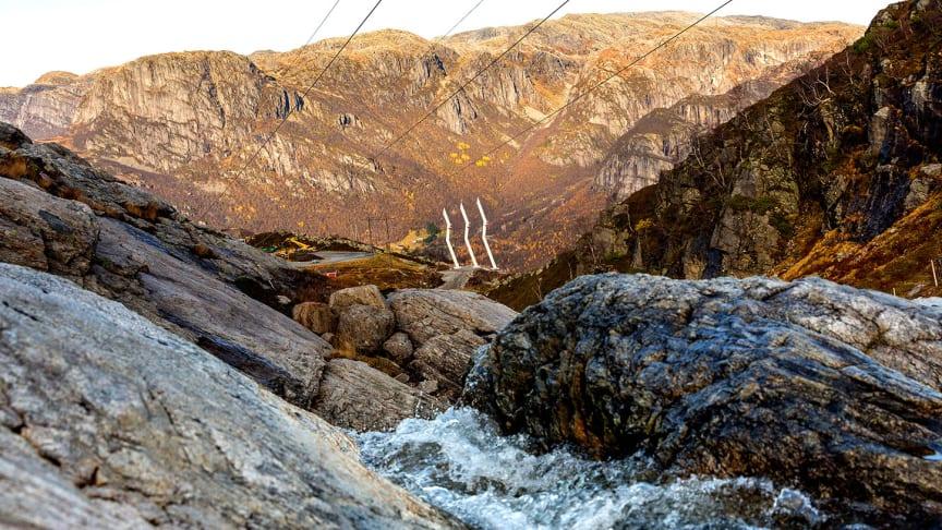 De nye høyspentmastene er designet for å passe inn I landskapet, med bratte fjellsider som stuper ned i Lysefjorden i Rogaland. (Foto:  Statnett_Woldcam)