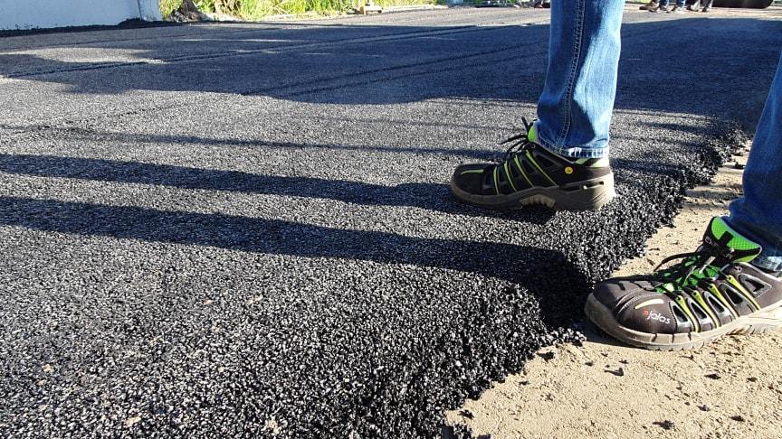 Bilden visar läggning av den fallvänliga asfalten i testmiljö. Foto: Carl Zide