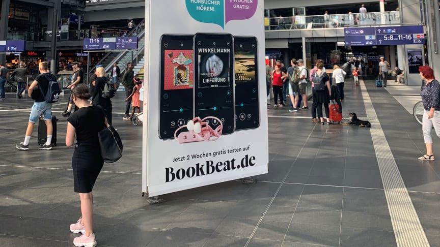 Reklam för BookBeat på centralstationen i Berlin