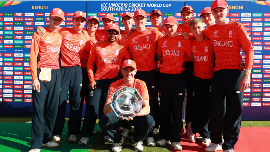 The England U19 men's team with the Plate Trophy at the 2020 ICC U19 Cricket World Cup.