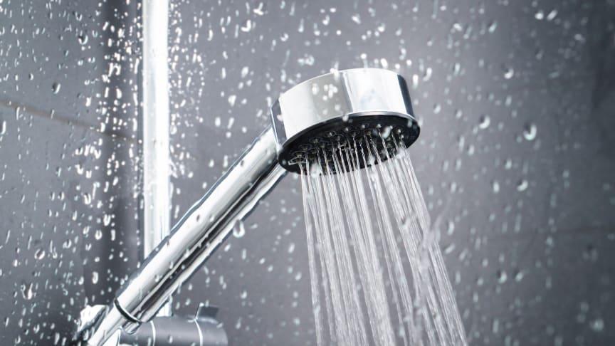Det vanligaste smittstället är duschen och rutiner för egenkontroll som regelbunden spolning av varm- och kallvatten sänker halterna av bakterien.