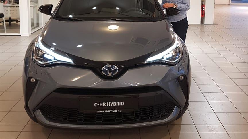 Klar for lansering: Astrid Fridheim Karijord med nye Toyota C-HR som lanseres i Mosjøen denne uken. Foto: Nordvik AS.