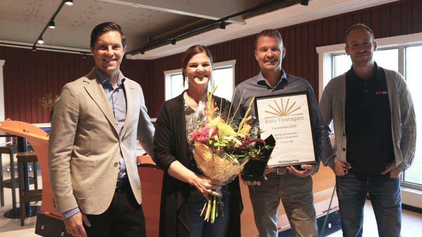 Jonas Nordin, Företagarna Västerbotten, med vinnarna Anna och Henrik Johansson på Trejon. Till höger på bilden Emil Palm, ordförande i Företagarna Vännäs.