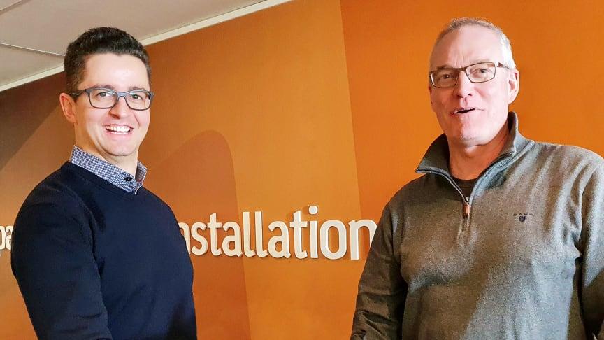 AddMobiles försäljningschef, Rasid Becirovic, och Umias VD, Martin Hörnquist vid avtalssignering. Foto: AddMobile AB.