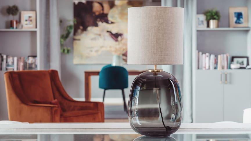Munnblåste lamper med glassfot og stoffskjerm skaper lun stemning i hjemmet.