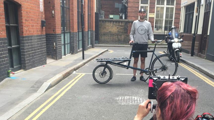 Bli med bak kulissene i London for filming av the 100 Million Reach Challenge