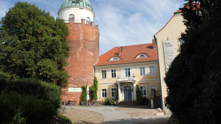 Burg Lenzen, das Besucher- und Tagungszentrum im Herzen des Biosphärenreservates Flusslandschaft Elbe-Brandenburg, liegt erhöht an der brandenburgischen Elbtalaue. Foto: TMB-Fotoarchiv/Regina Zibell.
