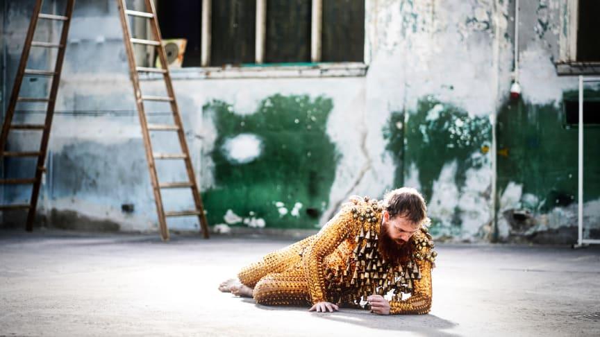 Foto fra danseforestillingen 'COVER', Location X, som modtog bevilling ved seneste ansøgningsrunde.  Fotograf: Morten Arnfred