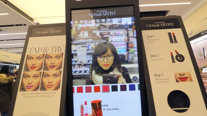 I Sephoras butik vid Herald Square i New York lockas kunderna till butiken med innovativa upplevelser. Här får Tina Banh-Skybrand, handelsanalytiker på Visma Retail, testa läppstiftsnyanser digitalt.