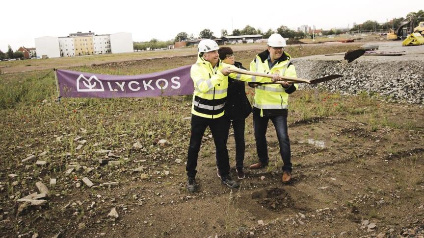 Lyckos allra första radhus byggs i Kävlinge. Första spadtaget togs av Anders Larsson, Pia Almström och Jörgen Dahlström.